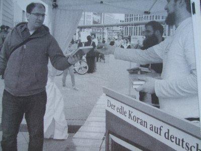 <em>Salafisten verteilen in mehreren deutschen Städten den Koran. (Foto: © picture alliance / Kyodo)</em>
